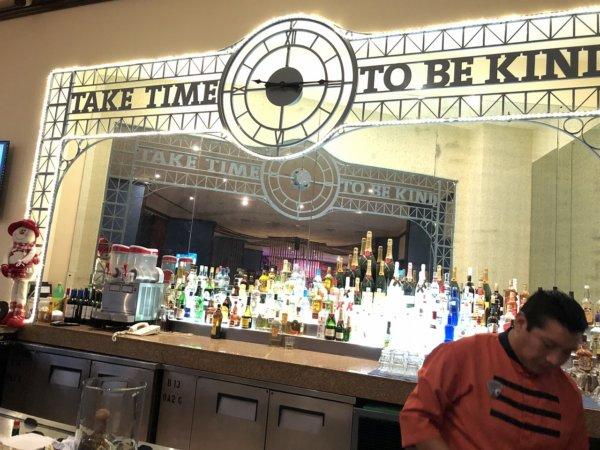 ハードロックホテルバリャルタ_SUNSETS BARのカウンター