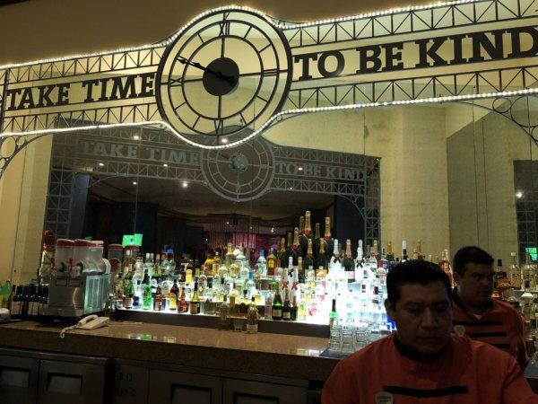 ハードロックホテルバリャルタ_SUNSETS BARのカウンターの鏡文字が反転していない不思議