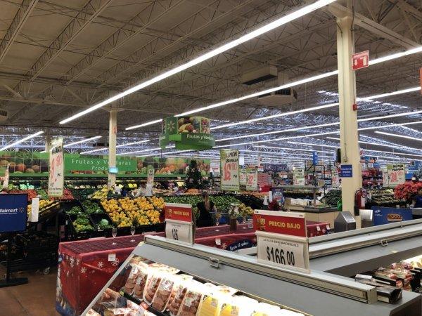 メキシコ・プエルトバジャルタのスーパーマーケット_Walmartウォルマート_店内の様子
