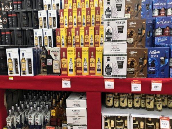 メキシコ・プエルトバジャルタのスーパーマーケット_Walmartウォルマート_テキーラ陳列価格
