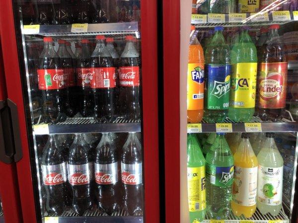 メキシコ・プエルトバジャルタのスーパーマーケット_Walmartウォルマート_ソフトドリンクペットボトル陳列価格
