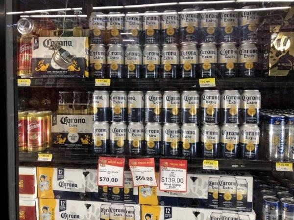 メキシコ・プエルトバジャルタのスーパーマーケット_Walmartウォルマート_コロナビール缶の陳列価格