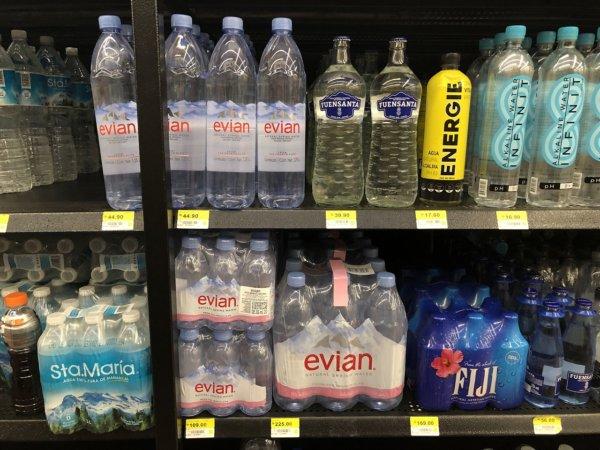 メキシコ・プエルトバジャルタのスーパーマーケット_Walmartウォルマート_エビアンの陳列価格