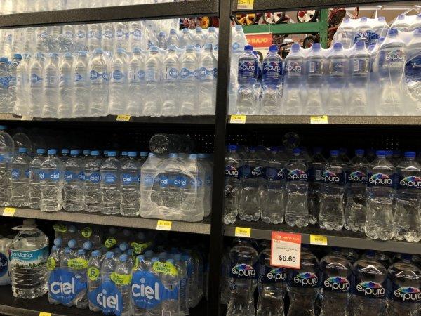 メキシコ・プエルトバジャルタのスーパーマーケット_Walmartウォルマート_現地のお水の陳列価格
