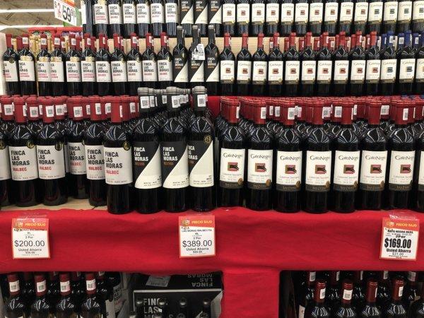 メキシコ・プエルトバジャルタのスーパーマーケット_Walmartウォルマート_赤ワイン陳列価格