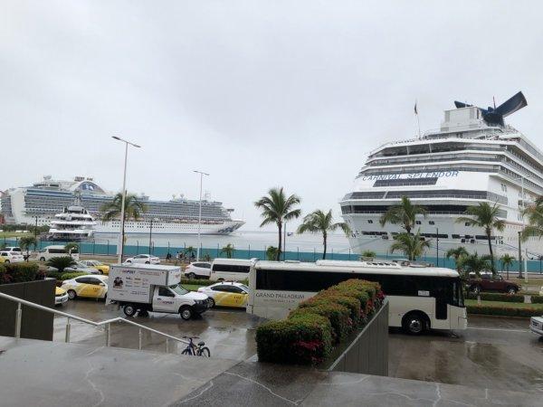 メキシコ・プエルトバジャルタの大型ショッピングモール_ガレリア・バリャルタ_向かいのマリーナに泊まる豪華客船