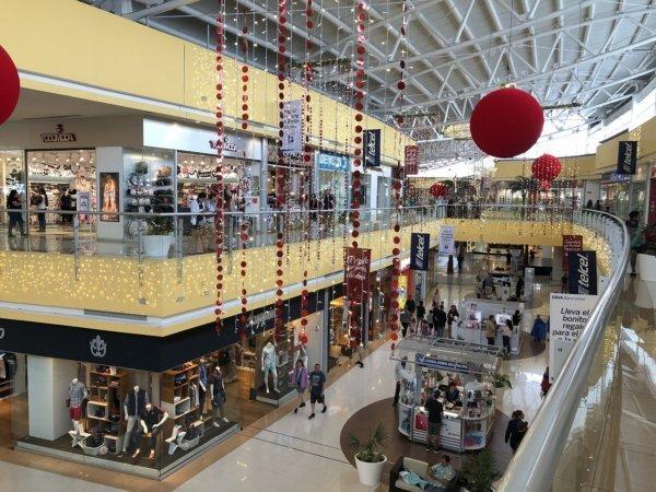 メキシコ・プエルトバジャルタの大型ショッピングモール_モールの様子