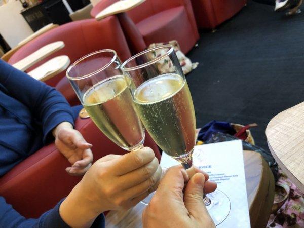 メキシコシティ国際空港出国後にあるANAラウンジ_スパークリングで夫婦たび乾杯