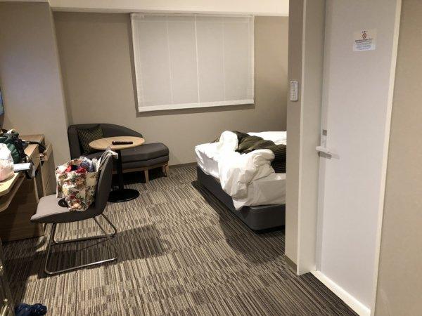 羽田空港に近いホテル京急EXイン羽田_スタンダードセミダブルA客室_客室内通路スペース