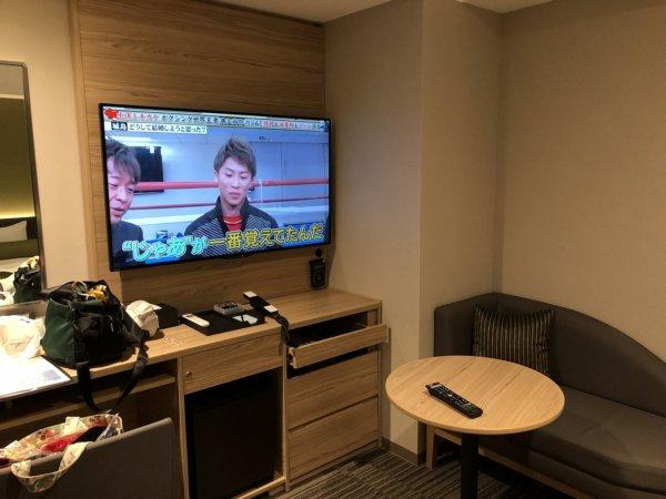 羽田空港に近いホテル京急EXイン羽田_スタンダードセミダブルA客室_TVとテーブルとソファ