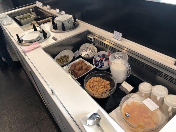 羽田空港国際線ターミナルANAラウンジ_日本食ほかお食事メニュー_シリアルやデザート
