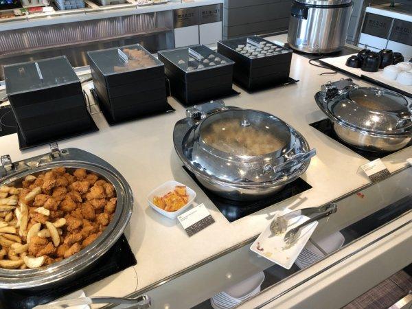 羽田空港国際線ターミナルANAラウンジ_日本食ほかお食事メニュー_鳥の唐揚げやフライドポテト、シュウマイ
