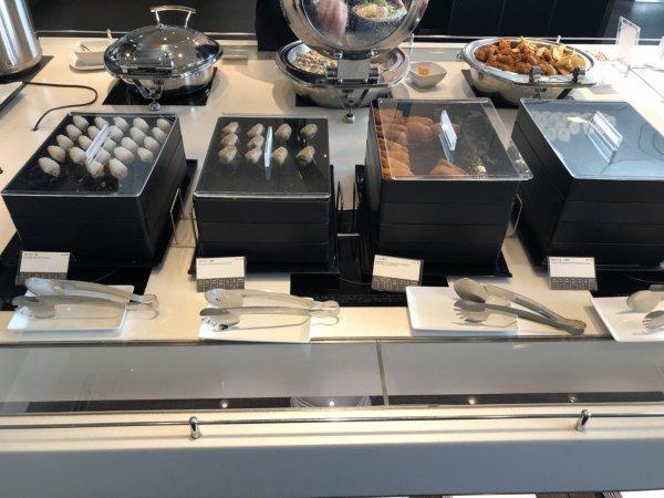 羽田空港国際線ターミナルANAラウンジ_日本食ほかお食事メニュー_おにぎりとか、おいなりさん