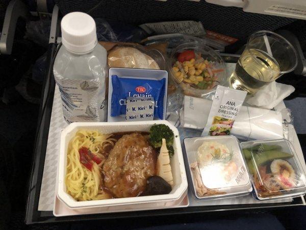 羽田空港発のバンコク・スワンナプーム空港便_B787_エコノミー座席機内食メニュー_根菜入りチキンハンバーグ
