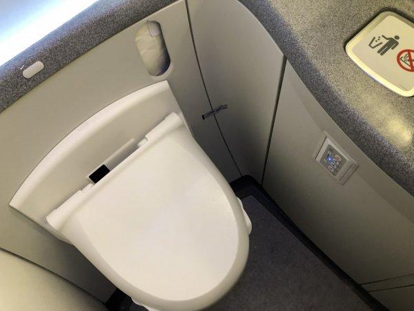 羽田空港発のバンコク・スワンナプーム空港便_B787_トイレがシャワートイレ