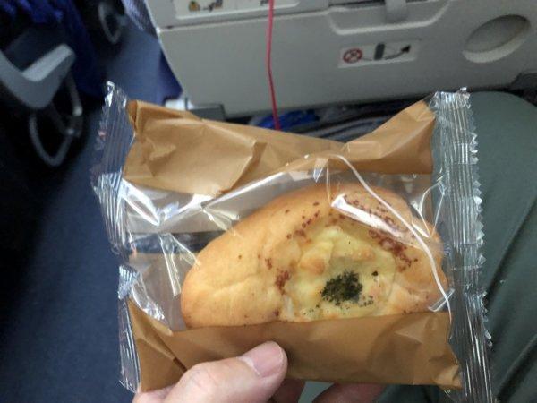 羽田空港発のバンコク・スワンナプーム空港便_B787_エコノミー座席_おやつ的なパン