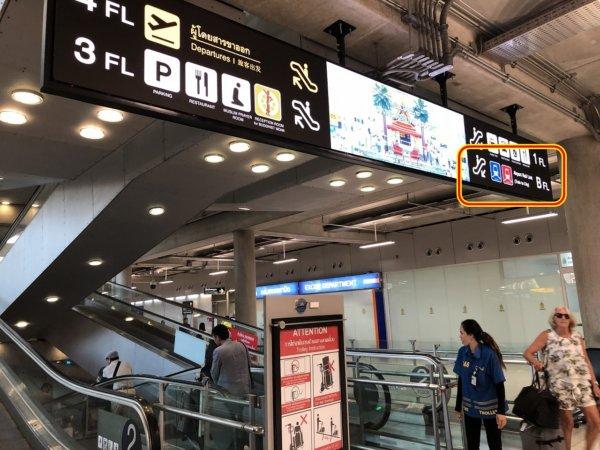 タイ・スワンナプーム国際空港_到着ロビーエスカレーター乗り場