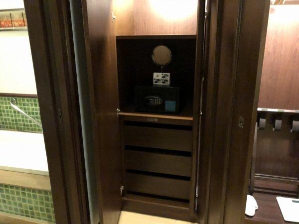 インターコンチネンタルパタヤリゾート_客室キングベッドガーデンビュー_セーフティボックスと引き出し収納