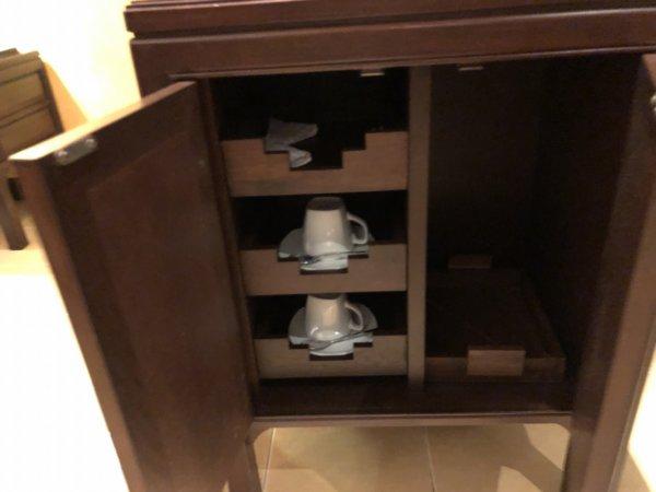 インターコンチネンタルパタヤリゾート_客室キングベッドガーデンビュー_冷蔵庫とティーカップ