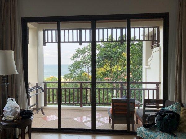 インターコンチパタヤ宿泊記_客室窓とバルコニーの風景