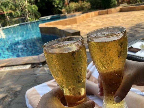 インターコンチネンタルパタヤリゾート_メインプールでビールを飲む