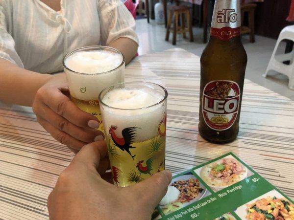 パタヤの食堂ヌアン_ビールで乾杯
