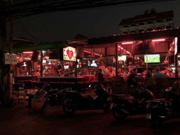 パタヤの夜の町並み_エロチックなネオンサイン