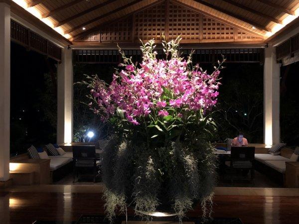 インターコンチパタヤ宿泊記_ホテル夜のロビー花ライトアップ2