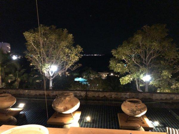 インターコンチパタヤ宿泊記_ホテル夜のロビーから外の眺め
