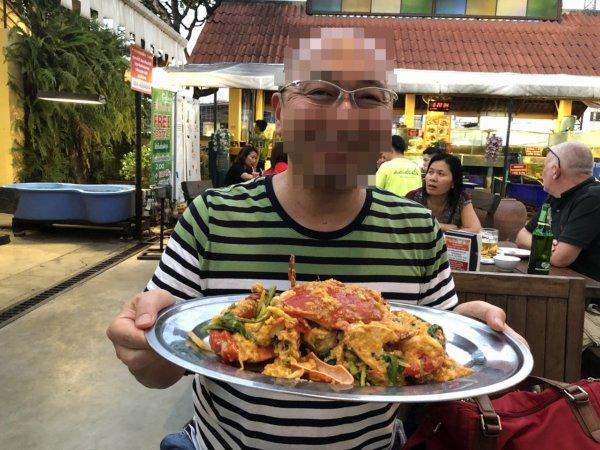 パタヤのタイ料理|安い!旨い!シーフードはムンアロイサードロード_プーパッポンカリーと案内人の記念写真