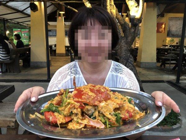 パタヤのタイ料理|安い!旨い!シーフードはムンアロイサードロード_プーパッポンカリーとレアキャラ妻の記念写真