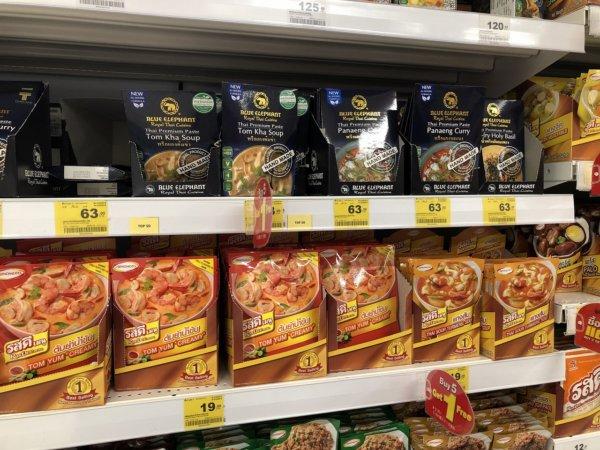 パタヤのスーパーマーケットビッグC_タイ料理調味料棚