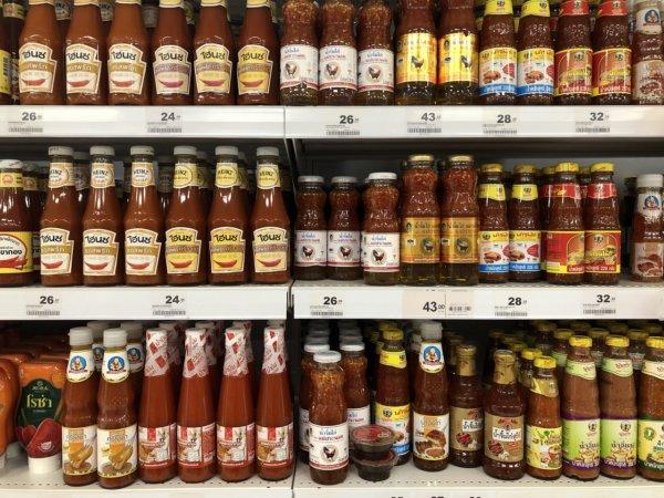 パタヤのスーパーマーケットビッグC_スイートチリソース棚