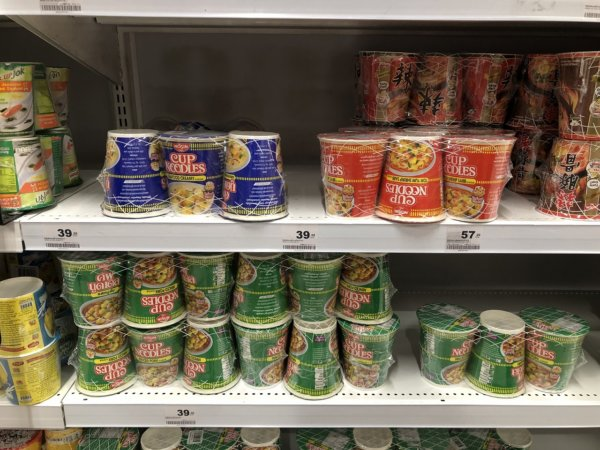 パタヤのスーパーマーケットビッグC_現地のカップヌードル棚