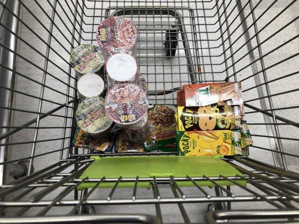 パタヤのスーパーマーケットビッグC_ショッピングカートの中のお土産