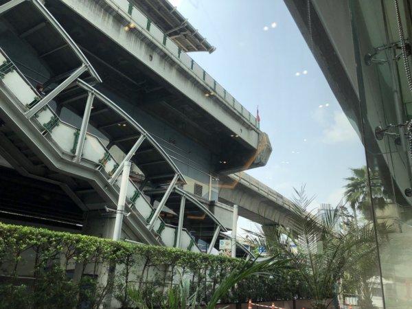 バンコクのホテル 安くて綺麗、日本語OKのジャスミンリゾートホテル_レストランからBTSプラカノン駅の階段を見る
