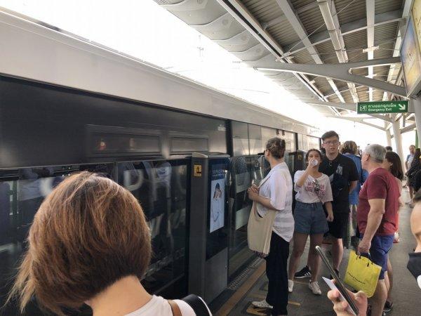 2019.02.10バンコク50's夫婦たび_バンコクBTS乗車ホームの風景1