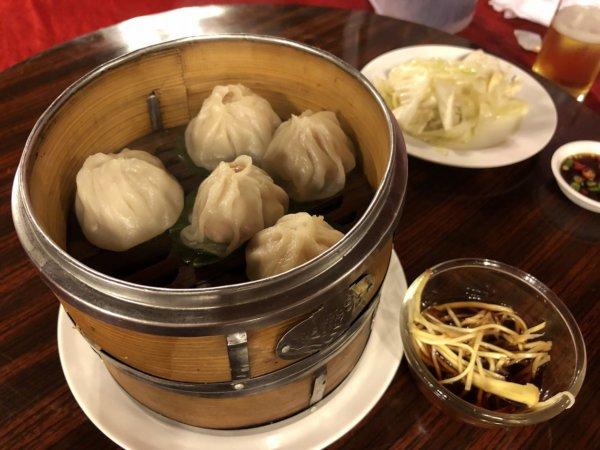 バンコクで贅沢な北京ダックをお安く味わえるグレートシャンハイ大上海飯店_イザ実食!_ビールと小籠包