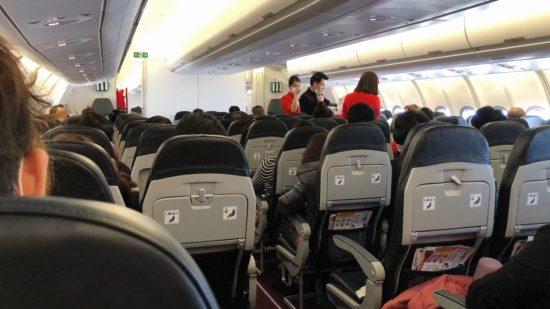 エア・アジアXJ621機内と座席の様子、座り目線