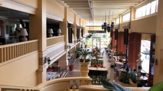 タイ_デュシタニホアヒン_ホテルロビーから朝食会場ザ・レストラン右列側を見下ろす