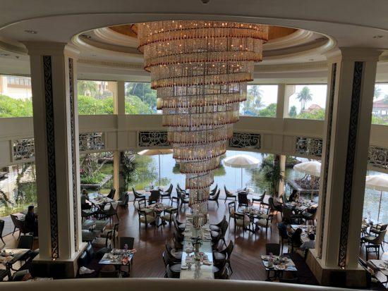 タイ_デュシタニホアヒン_ホテルロビーから朝食会場ザ・レストランを見下ろす